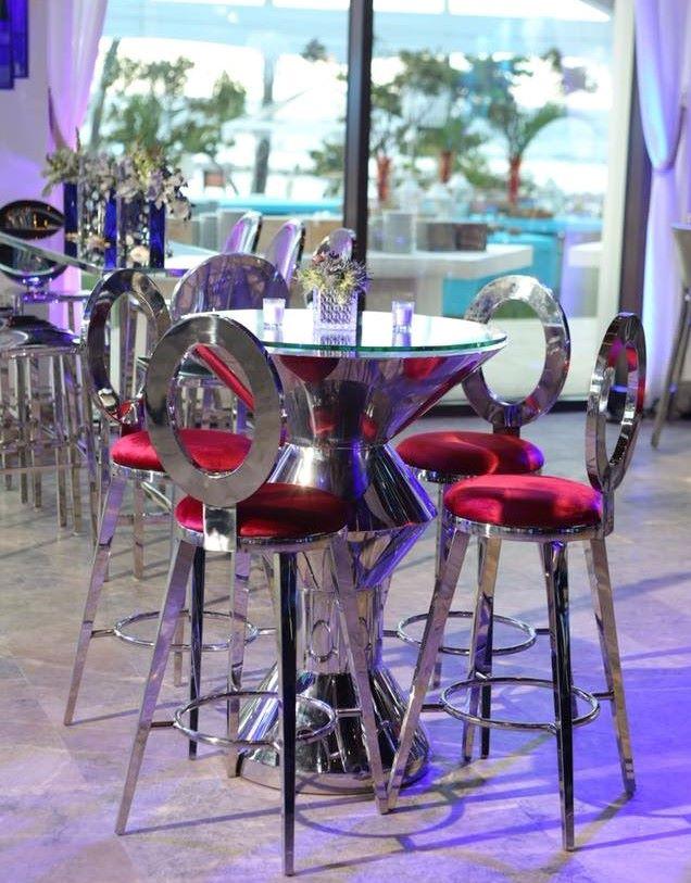 mesas altas y modernas para quinceañeros